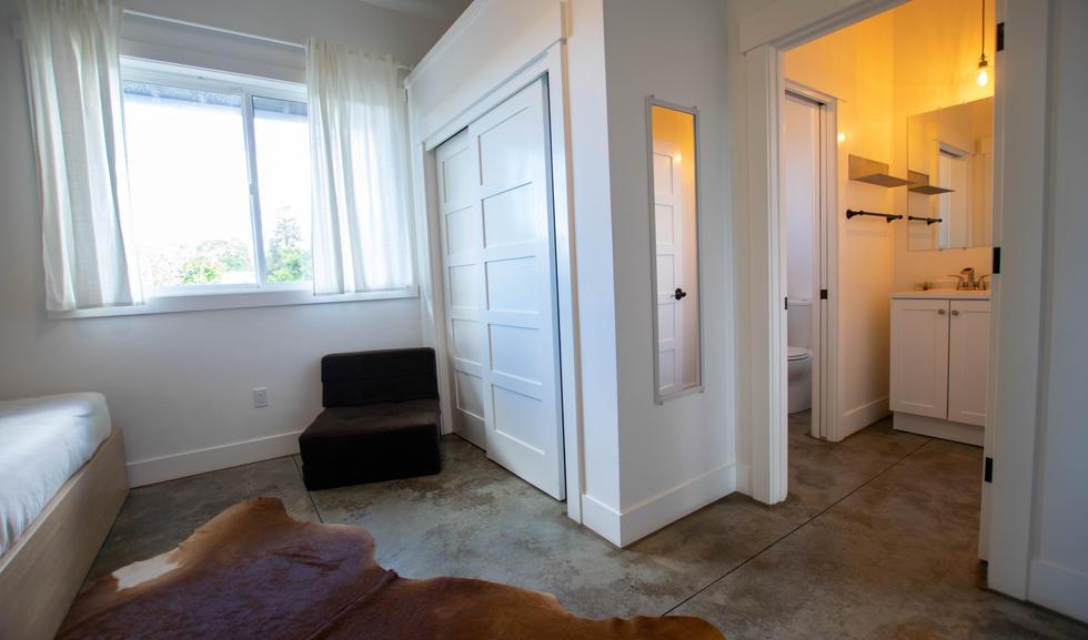 Queen Suite - Sitting Area & Bathroom