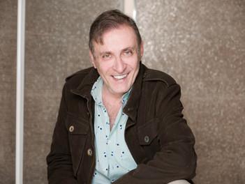 Morris Gilbert: 46 años en la producción teatral