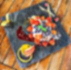 Cremige Litschi-Mascarpone-Creme mit Himbeergeist angemachten Erdbeeren und Blaubeeren an Waldbeerkompott