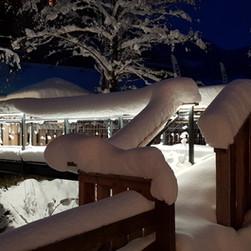 Alte Muehle Nauders - Gartenanlage -Detailansicht Bruecke Winter