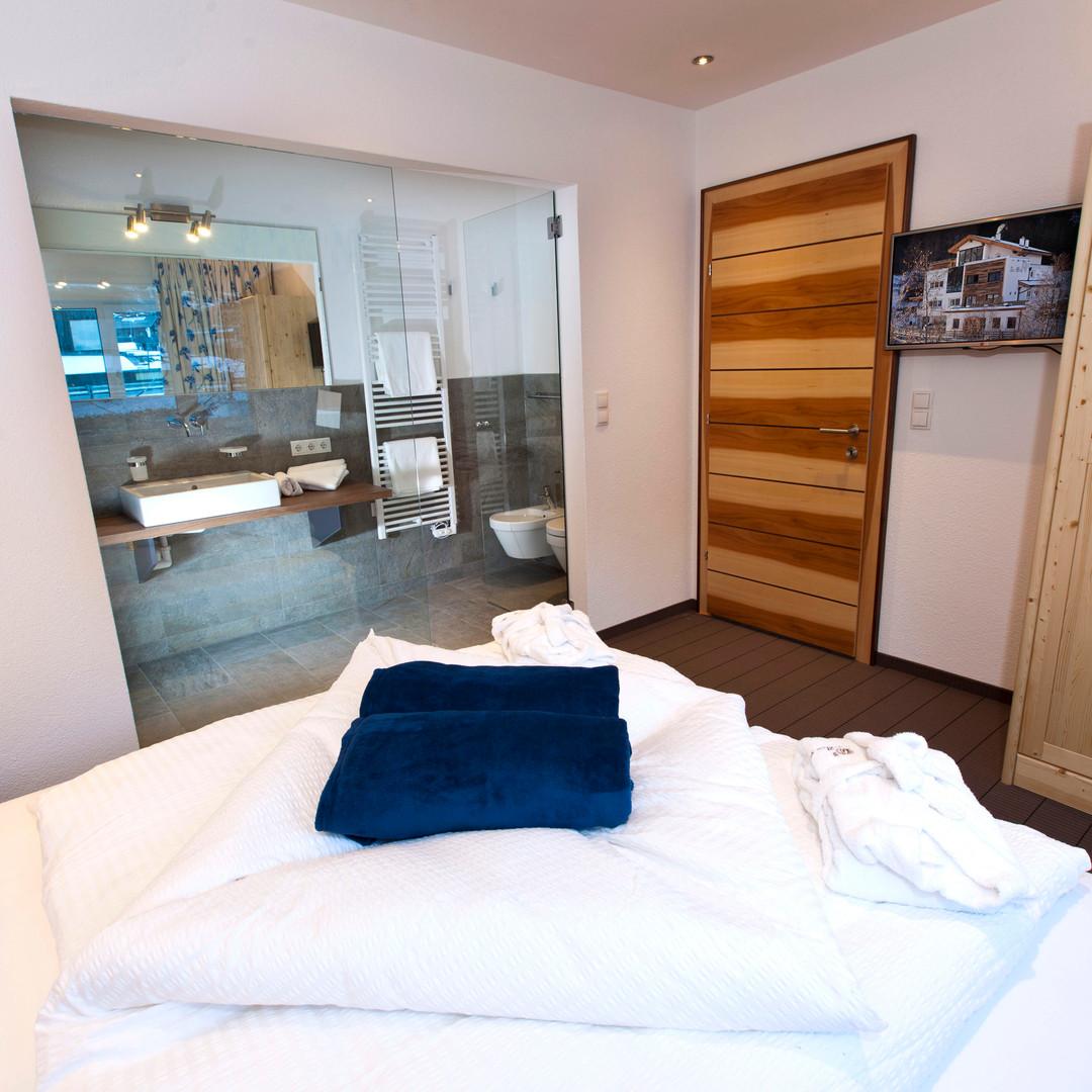 Alte Muehle Nauders Apart Bachrauschen Schlafzimmer mit Blick ins Bad