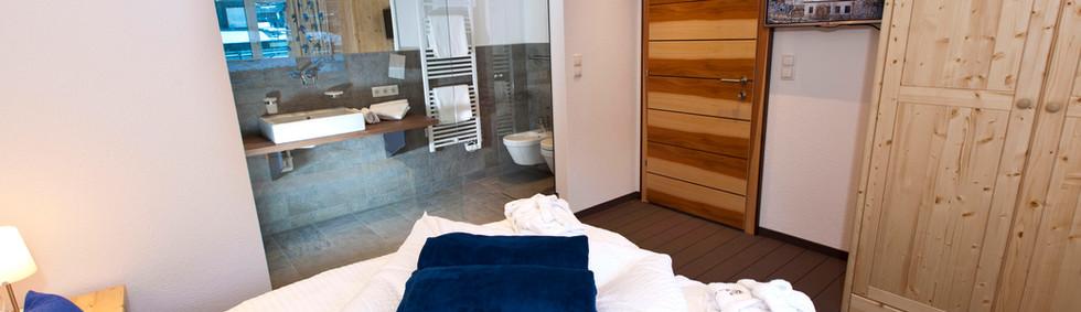 Alte Muehle Nauders Apart Bachrauschen Detailansicht Schlafzimmer mit Blick ins Bad