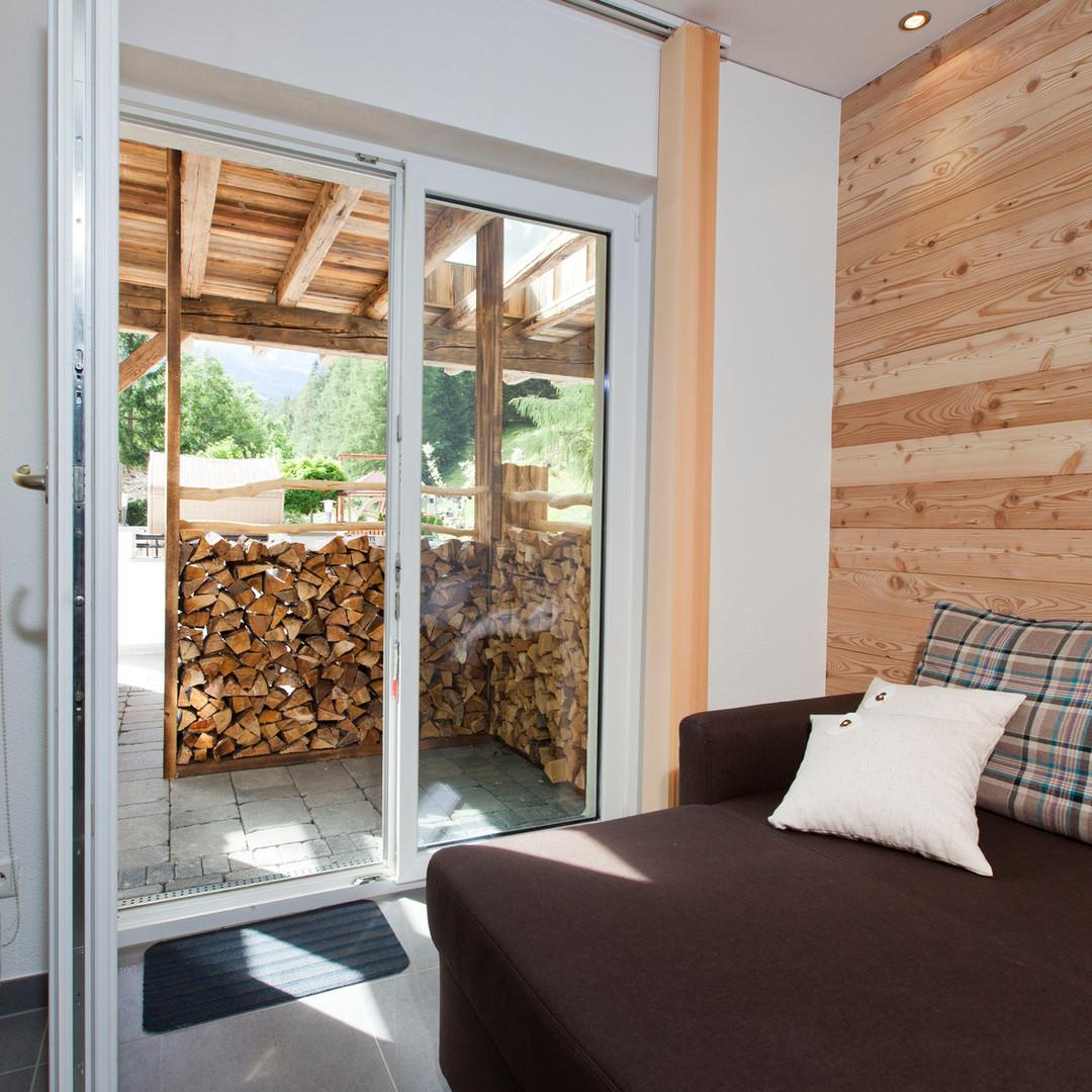 Alte Muehle Nauders Apart Wildwechsel Wohmzimmer mit Blick auf Terrasse