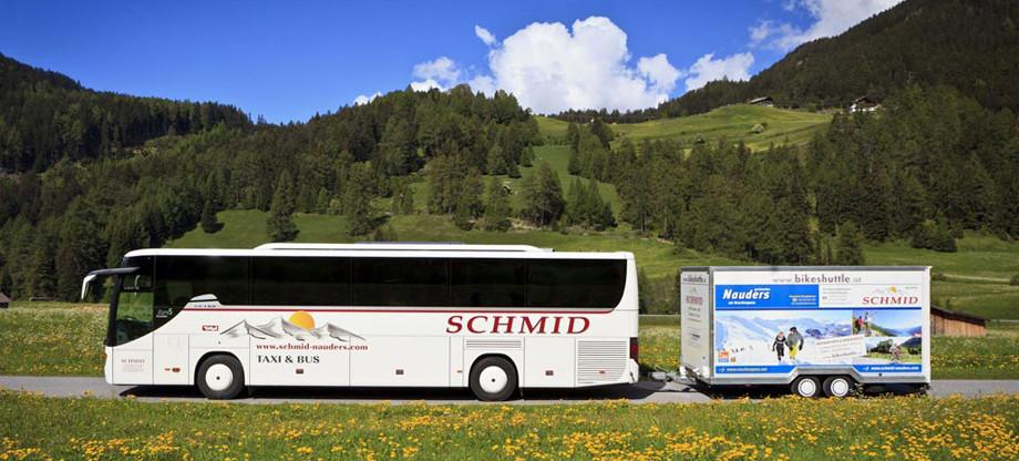 Reisebus mit Radanhänger
