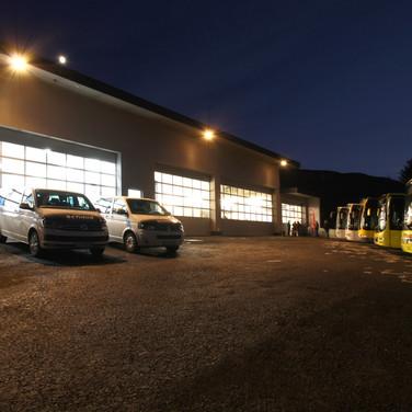 Betriebsgebäude bei Nacht