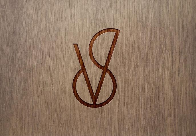 logo aplicado - mockup de madeira.jpg