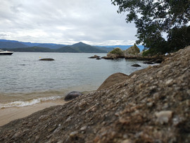 pedra e praia