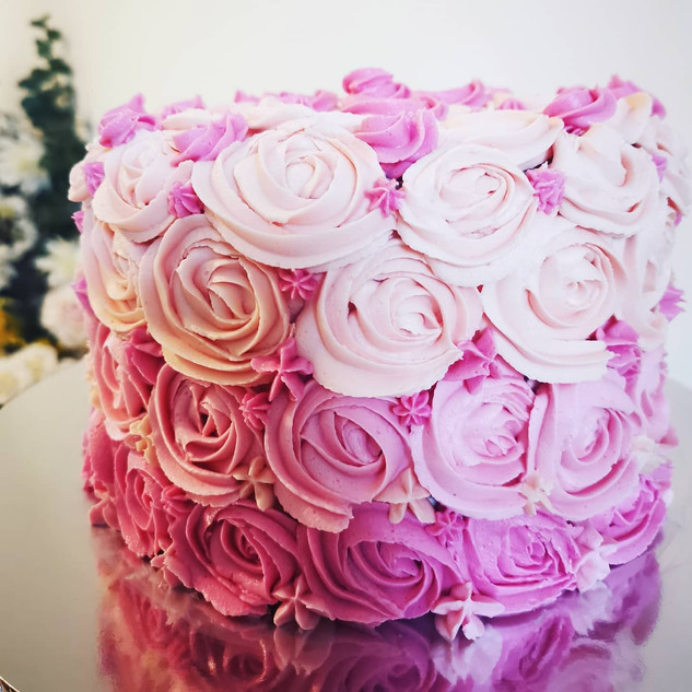 Roses Galore 🌹A beautiful rose cake for a special lady's birthday today!