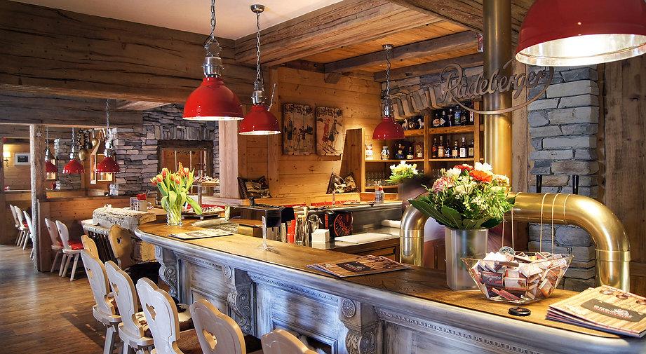Genießen Sie Weine aus der Schweiz oder Alpenregion an unserer Bar