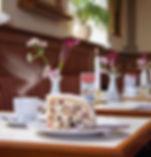 In der Schinkelwache genießen Sie bei Kaffe und Kuchen den Blick auf die Sehenswürdigkeiten Dresdens