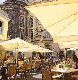 Genießen Sie leckere Kuchen und Torten im Ehrenhof und Terrasse des Coselpalais an der Frauenkirche