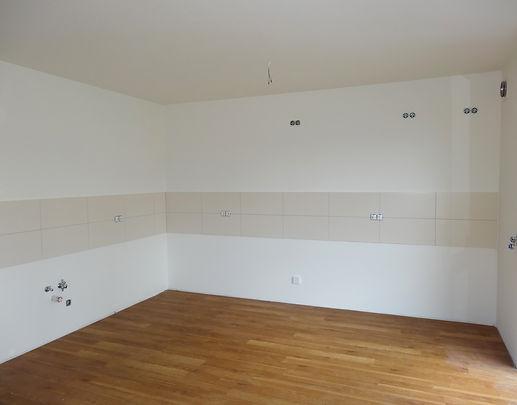 Doppelwaschbecken, Designfußboden, viel Licht in den Räumen