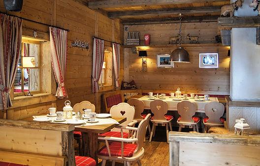 Genießen Sie Schweizer Köstlichkeiten in der gemütlichen Stube im Restaurant