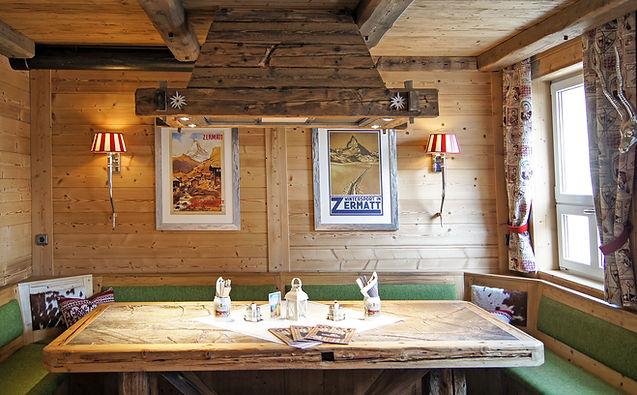 Schweizer Chalet Flair am urigen Stammtisch