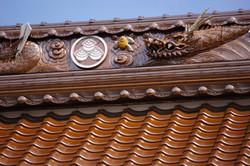 本堂棟の昇竜と寺紋