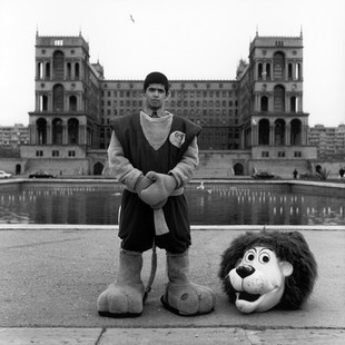 In front of the government building, for a few cents, you can pose in the company of this charming animal. This is the exact same spot where, 10 years before, you could have posed by Lenin's statue.
