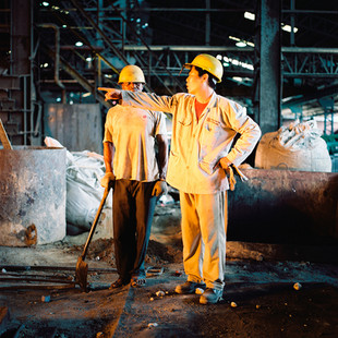 Nigerian workers and a Chinese technician organize the production at Federated Steel, a steel plant owned by Mr. Y.T. Chu at Ota in the Ogun state. The Chinese expats, who are often very qualified, are charged with forming the Nigerians as well as keeping up very intense work rhythm.