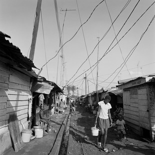 New Building is the largest shantytown in the capital. In this area deprived of public electricity, running water and a sewage system, malaria takes its toll. Tristes tropiques: since the country became rich from oil, the greater part of its citizens have seen their own economic situation decline.