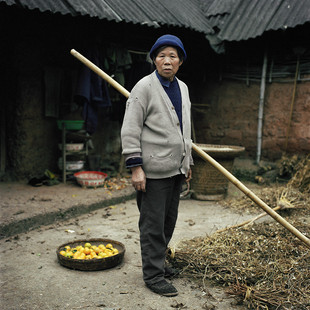 """Miss. Li cultivates her land on her own and hardly survives on the sale of 150kg of grain, 150 kg of corn and 40kg of peas she produces. She is a widow and her three children have left the family farm in the Renshou district (Sichuan province) and none of them send money home. Two are migrant workers in Shanghai and the third, Shaofu, works in the Niger delta (Nigeria) laying telecommunication cables. In January 2007 he was kidnapped for thirteen days by a rebel group and freed for a hefty ransom paid by his company. All the Chinese press came to interview Miss. Li. """"I told the journalist: it is very good that he is installing phones in Africa but we have none at home. And I told them that he had forgotten to send the money so that I could buy a pig. With a pig I would make more than with cereals""""."""
