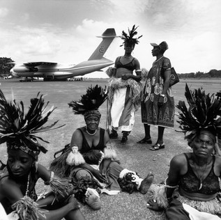 The guests of the 'fourth meeting of the first women of Africa' (the wives of the heads of state of the African continent) a long time coming. On the tarmac, burnt by a hellish sun, the Fang dancers, part of the welcoming committee, have lost their aplomb.