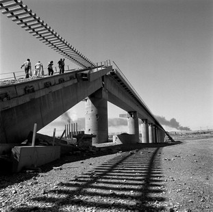 At Beiji the American bombers avoided the biggest refinery of the country, visible in the distance, but not two bridges. The road bridge is out of use but pedestrians can use the railway bridge of which only one segment collapsed.