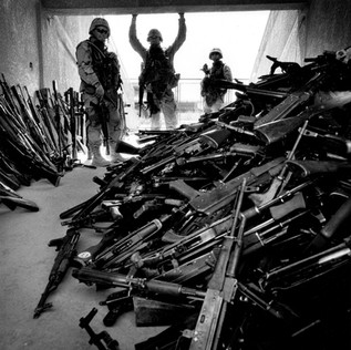 This is the first time any American attempt at disarming Iraq has worked. This is hardly a surprise: the Americans offer 200 Dollars per kalashnikov and these weapons can be found on the market for around 50 Dollars. Iraqis in line to hand in their weapons explained that this was an opportunity to hand in old and ineffectual weapons and get the money to buy new ones for the resistance.
