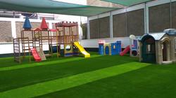 Césped artrificial area de juego de niños