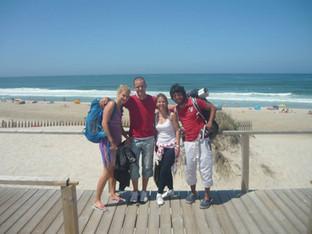 Portugalsko stopem. První cesta s mou manželkou Evou vedla stopem do Portugalska. Na fotce s velmi milým párem Karlem a Karlou, kteří nás po svezení pozvali na ranní kávičku na této krásné pláži v blízkosti Aveiro. Užívali jsme si surf a nakonec usínali mezi dunami při šumění moře.
