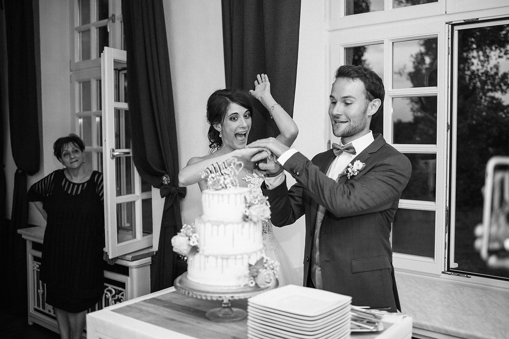 Hochzeitsfotograf-köln-magdalena-becker-tortenanschnitt-hochzeit-altes-zollhaus-zons.jpg
