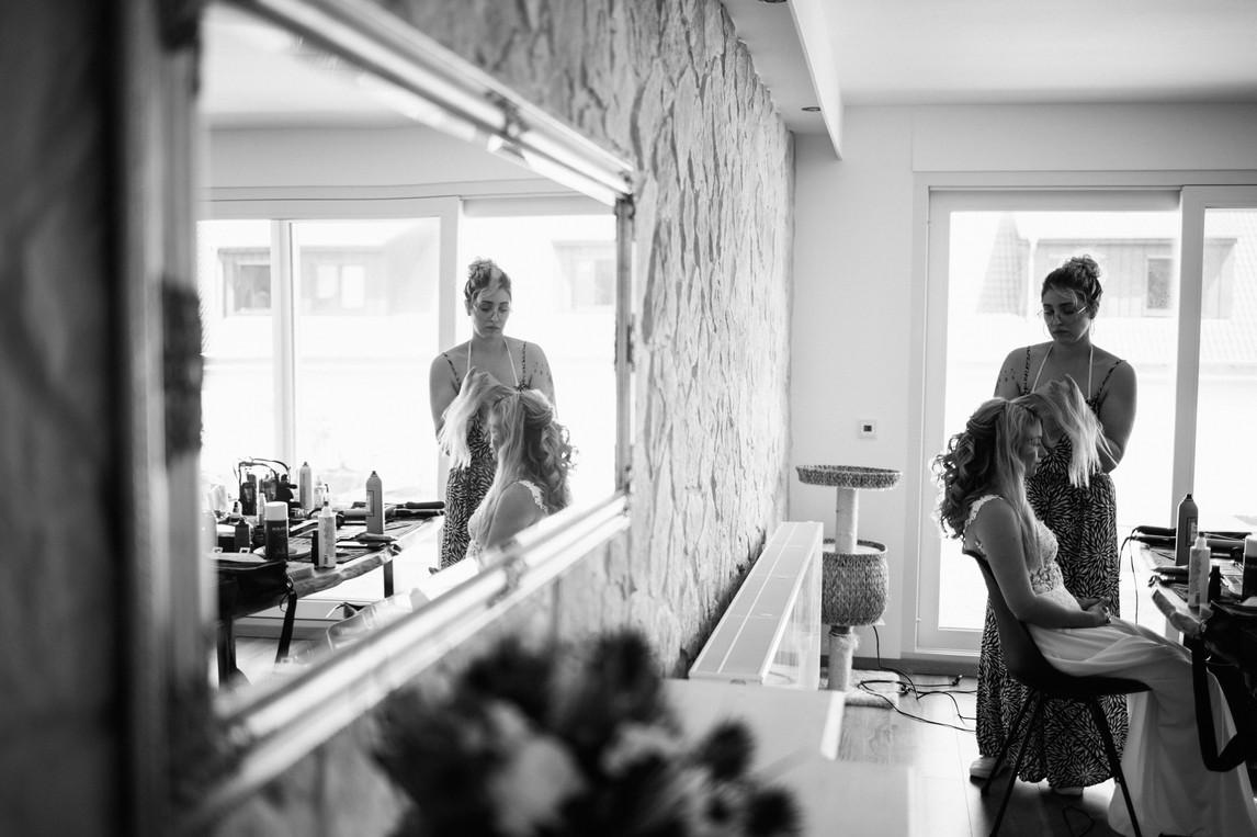 hochzeitsfotograf-köln-magdalena-becker-hochzeit-landhaus-stüttem-getting-ready-braut-mit-make-up-artistin.jpg