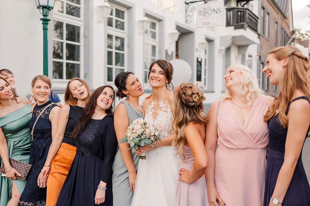 Hochzeitsfotograf-köln-magdalena-becker-hochzeit-altes-zollhaus-zons-gruppenfotos-mädels.jpg