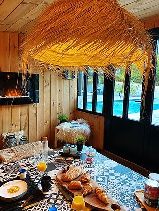 Petit déjeuner gourmand servi dans le pool house