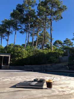 Pause café à la piscine