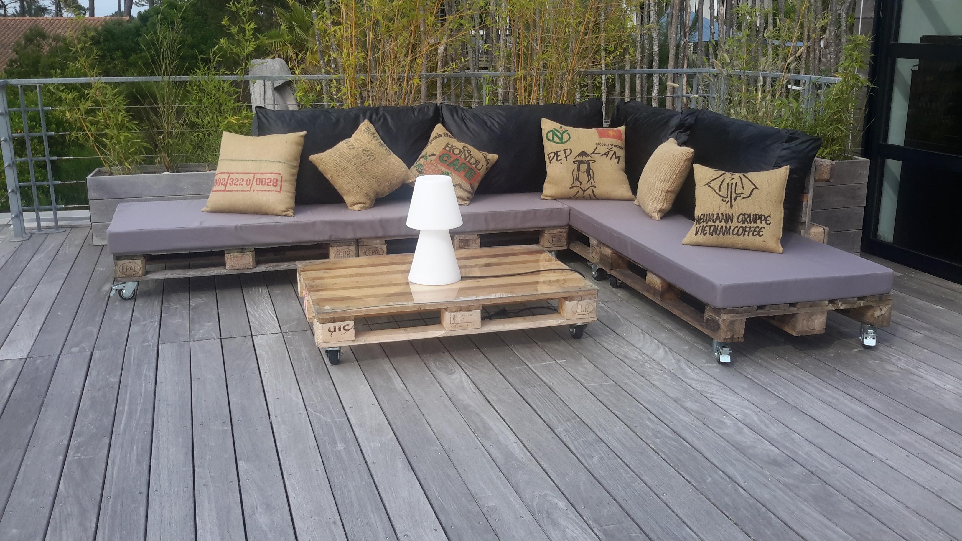 Canapé sur la terrasse de la suite à l'é