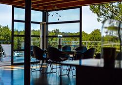 Salle à manger avec vue sur les pins