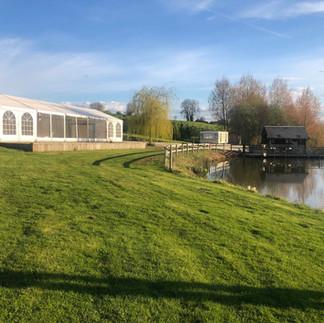 Ferrières-la-Verrerie, La Poudrière, Chapiteau au bord des étangs