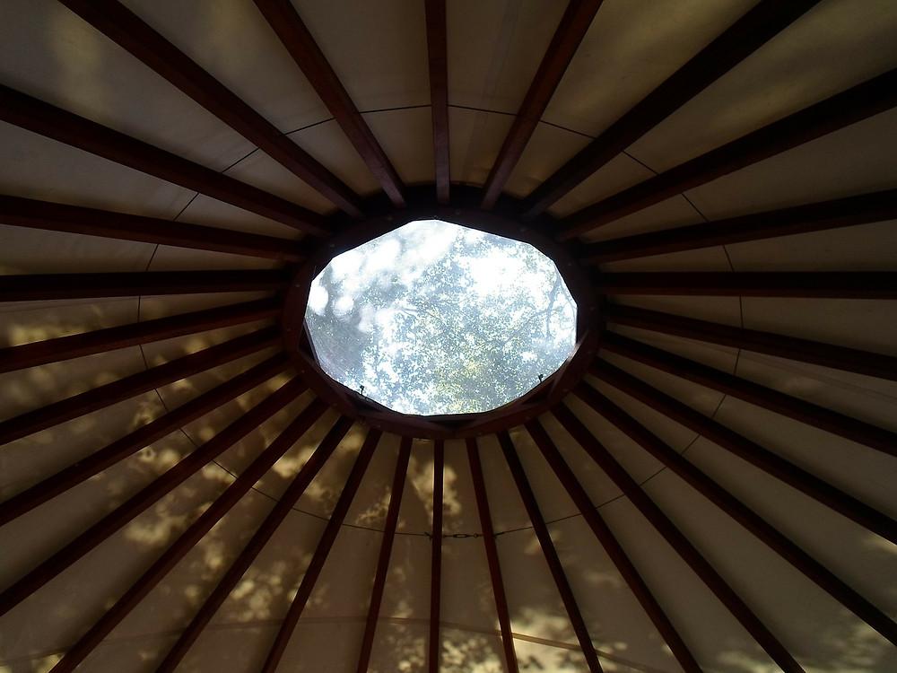 photo__article_écoute_authentique_toit intérieur yourte_ciel