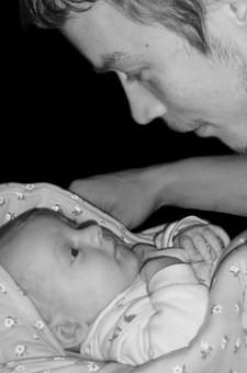 papa-bébé les yeux dans les yeux