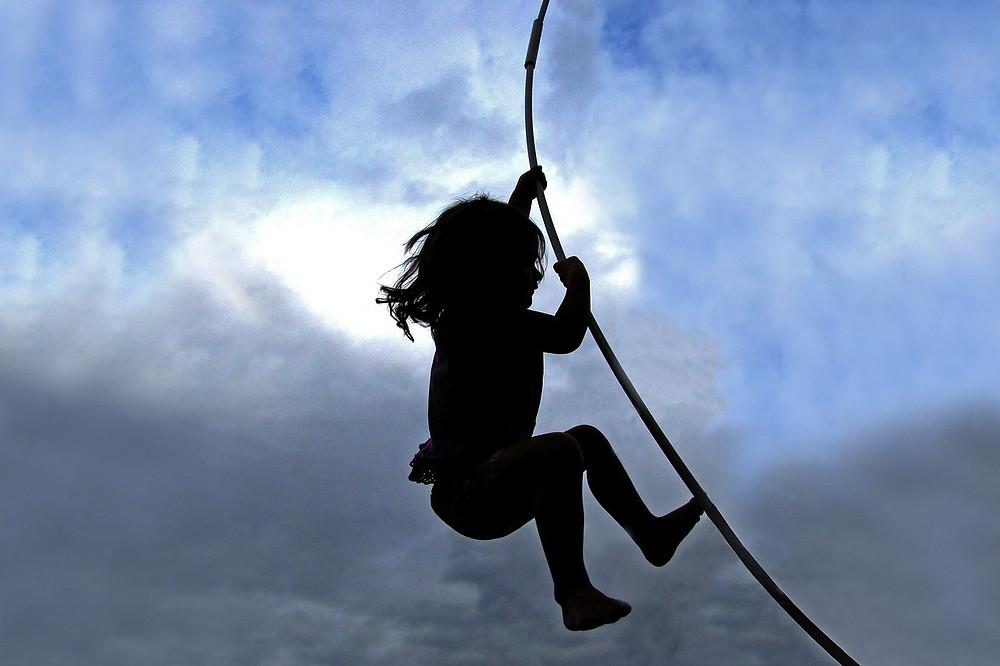 enfant escalade mowgli nuageux ciel