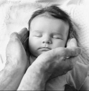 mains de papa et bébé