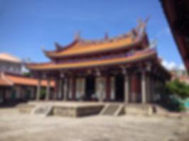 1200px-台北孔子廟大成殿斜照(WIKI).jpg