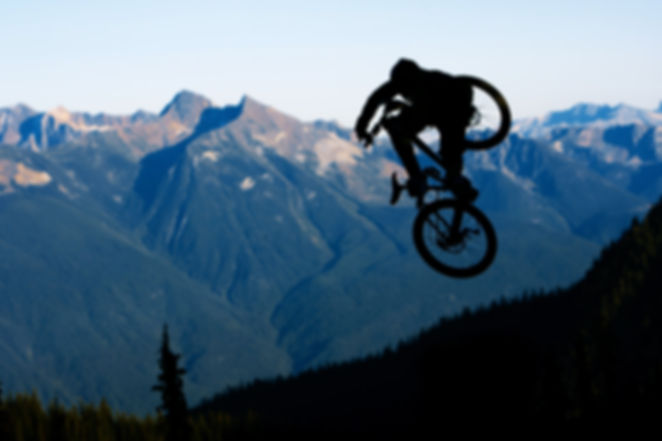 Salto motorista de la montaña