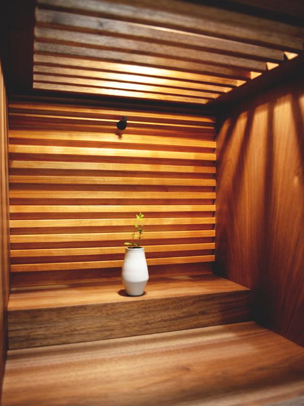 格子から漏れる光 木の温もりが感じられる仏壇