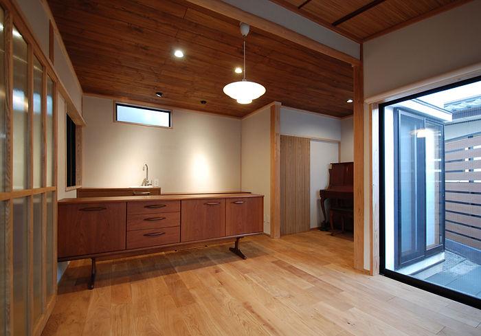 アンティーク家具に合わせた室内