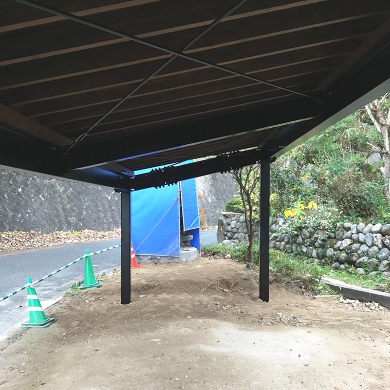 鉄骨造のシンプルな車庫 黒