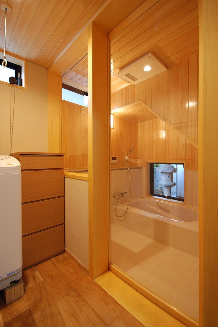 桧に囲まれたお風呂 ガラスの引き戸 浴室暖房乾燥機