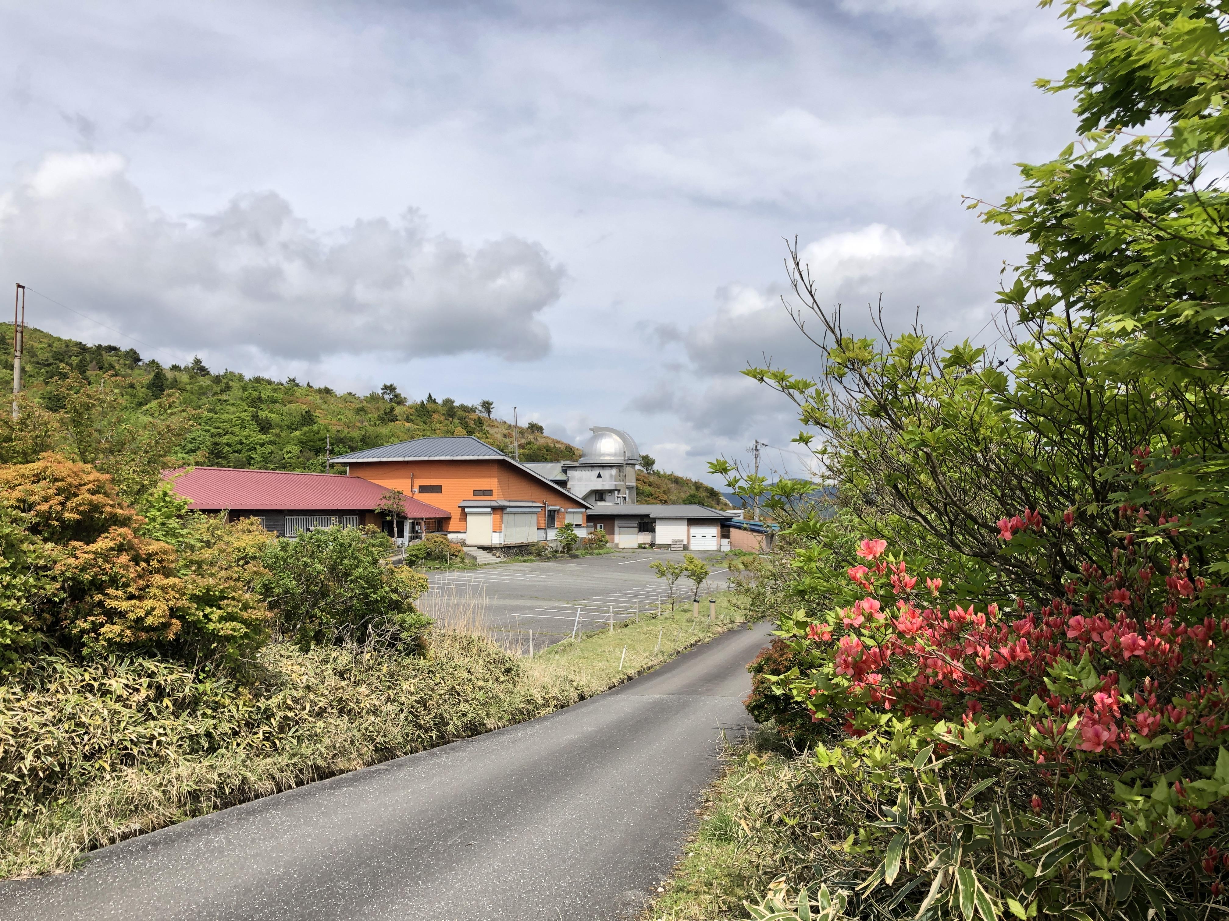 春・山荘とツツジ