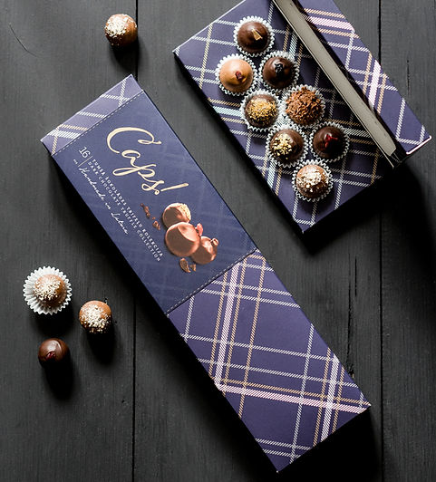 The dark, chequered CAPS! boxes hide truffles in black and milk chocolate. You will find true and invigorating flavours – brown-bread-cranberry, blackcurrant, apple-caramel, dark plums, quince-pumpkin, sea buckthorn, cherry and many more. A life so full of moments. With such special moments among them.