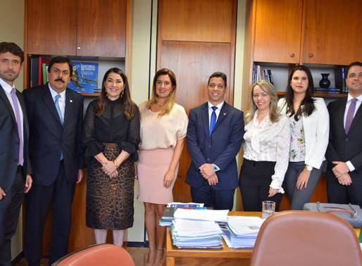 PEC da Permuta: AMB entrega assinaturas à deputada Margarete Coelho
