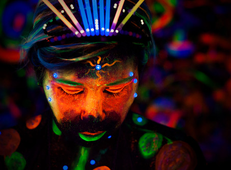"""Behind the Scenes in """"Black Light"""" Body Painting Photo Shoot"""